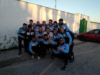Jugadores del Coria celebrando su primera clasificación para la fase de ascenso